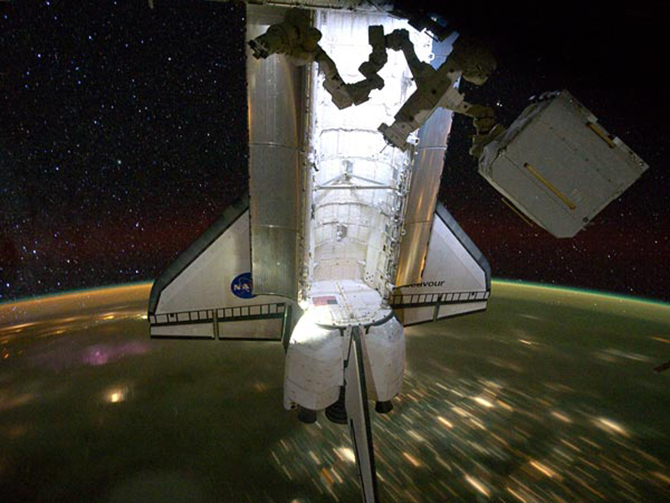 space-shuttle-endeavour-final-mission-landed-over-earth-night_36139_600x450